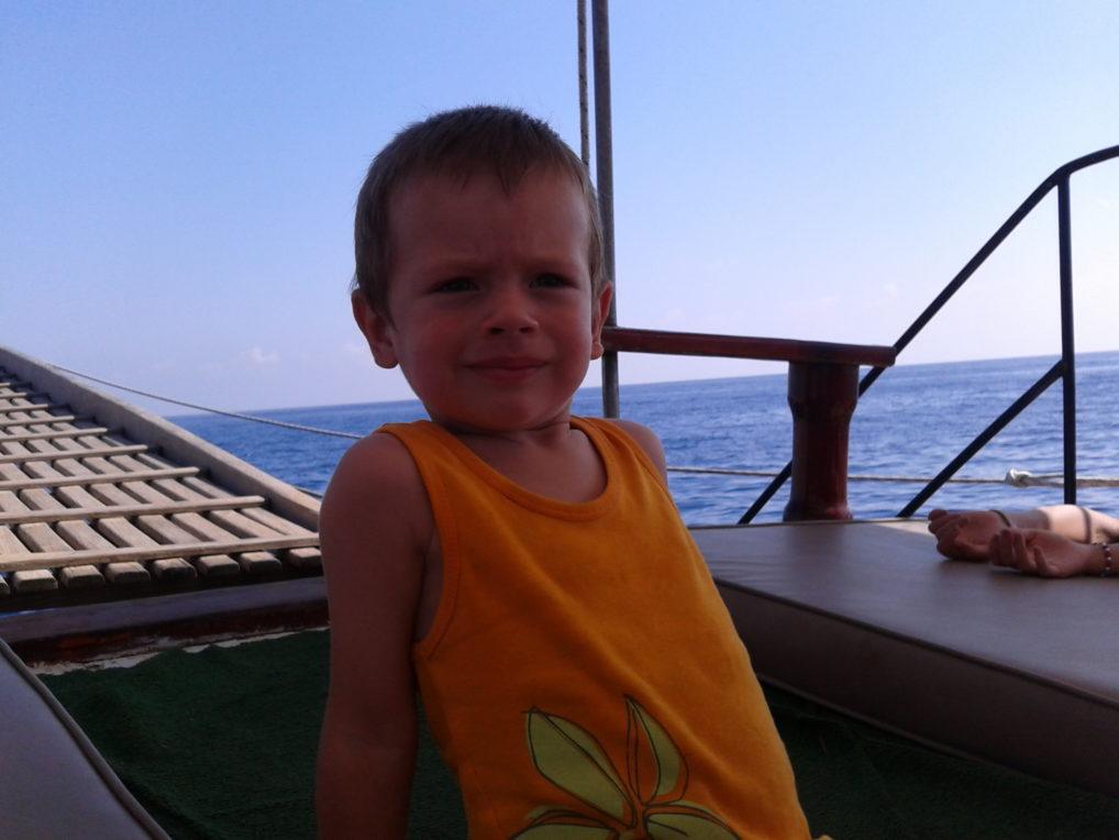 Прогулка на яхте с ребенком