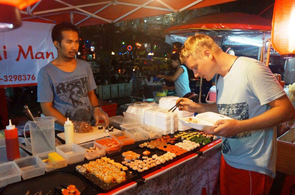 Суши и роллы на ночном рынке Пхукета