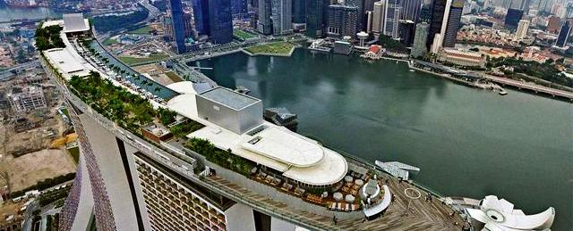 Отель Marina Bay Sands вСингапуре ивсемирно известное шоу фонтанов