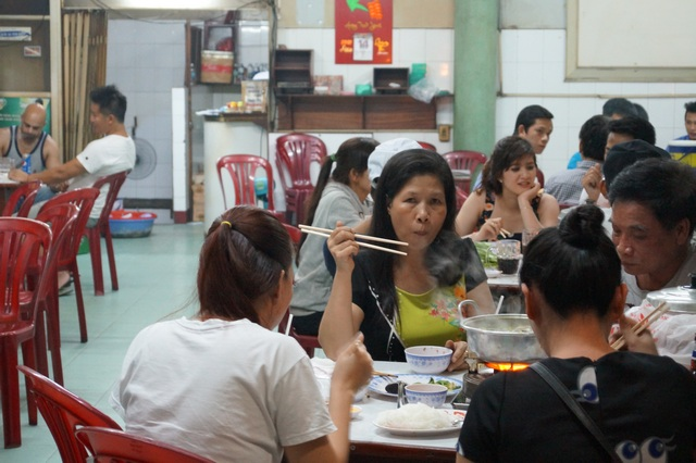 Посетители ресторана в Нячанге