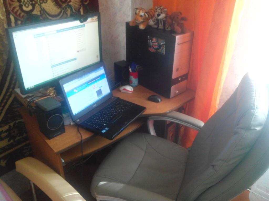 Живу с родителями. Работаю чаще за ноутом. Компьютер - для музыки и для родителей. Иногда перебираюсь в другую комнату (чтобы родные не отвлекали от работы), где обычный деревянный стол становится моим рабочим местом.