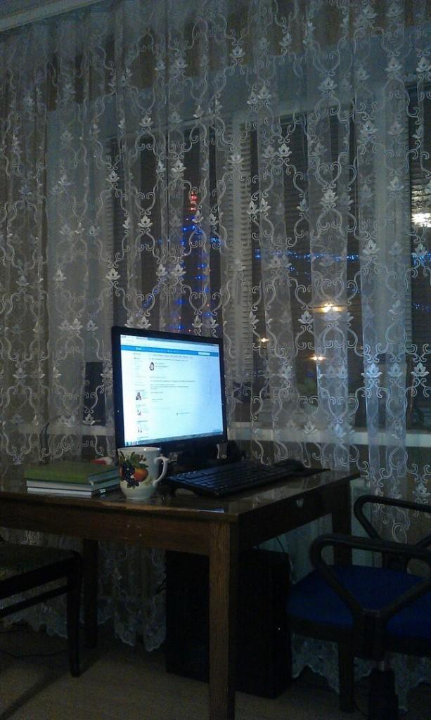 Работаю за стационарным компьютером, хотя в кафе с удовольствием выхожу с ноутбуком. Характеристики ПК: ЦП 3,8 Ггц, ОЗУ 4 Гб. На рабочем месте слева направо два блокнота, наушники с микрофоном, отрывные листки, еще новогодняя елка из окна видна. Когда устал - очень хорошо переводить на нее взгляд.
