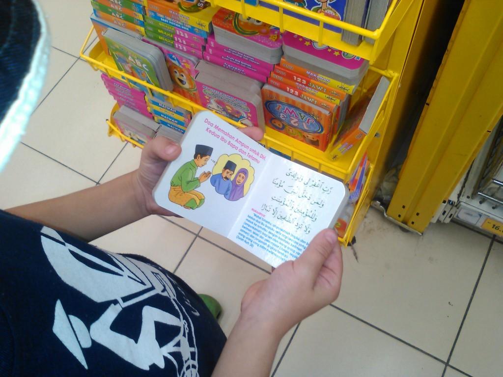 Ваня читает запрещенную литературу в России для детей