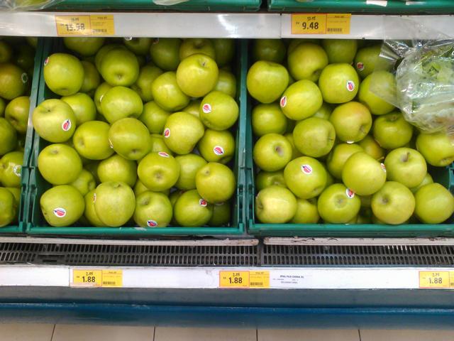 Яблоки (самые дешевые) $0,45 за штуку