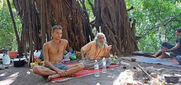 Баба́, который сидит под баньяном в Гоа 40 лет