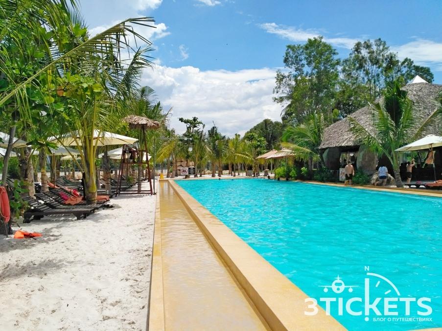 Песок и лежаки в бассейнах I Resort