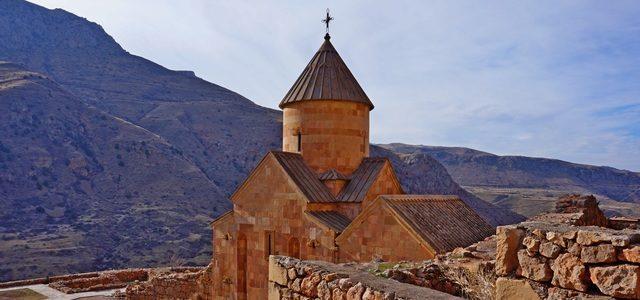 Монастырский комплекс Нораванк: старинная церковь Армении вущелье Красного каньона