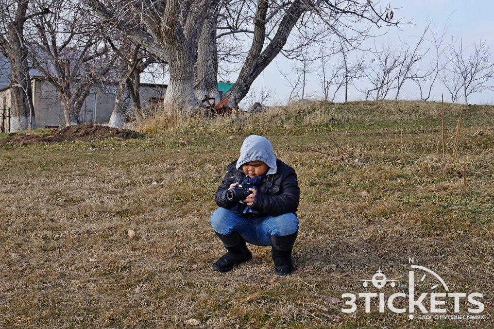 Мальчик с фотоаппаратом в храме Гарни
