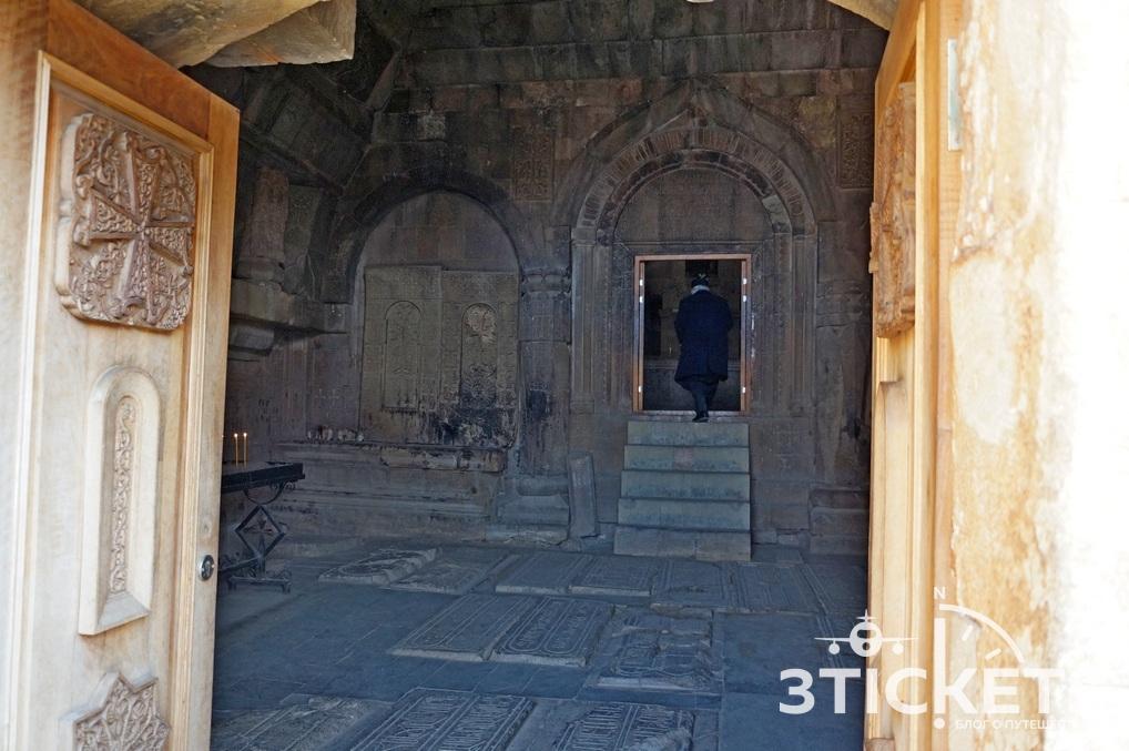 Монастырский комплекс Нораванк: старинная церковь Армении в ущелье Красного каньона
