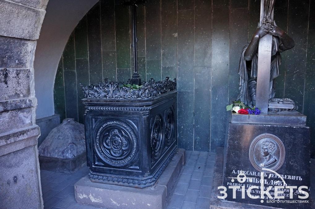 Могила Грибоедова в Пантеона на горе Мтацминда в Тбилисси