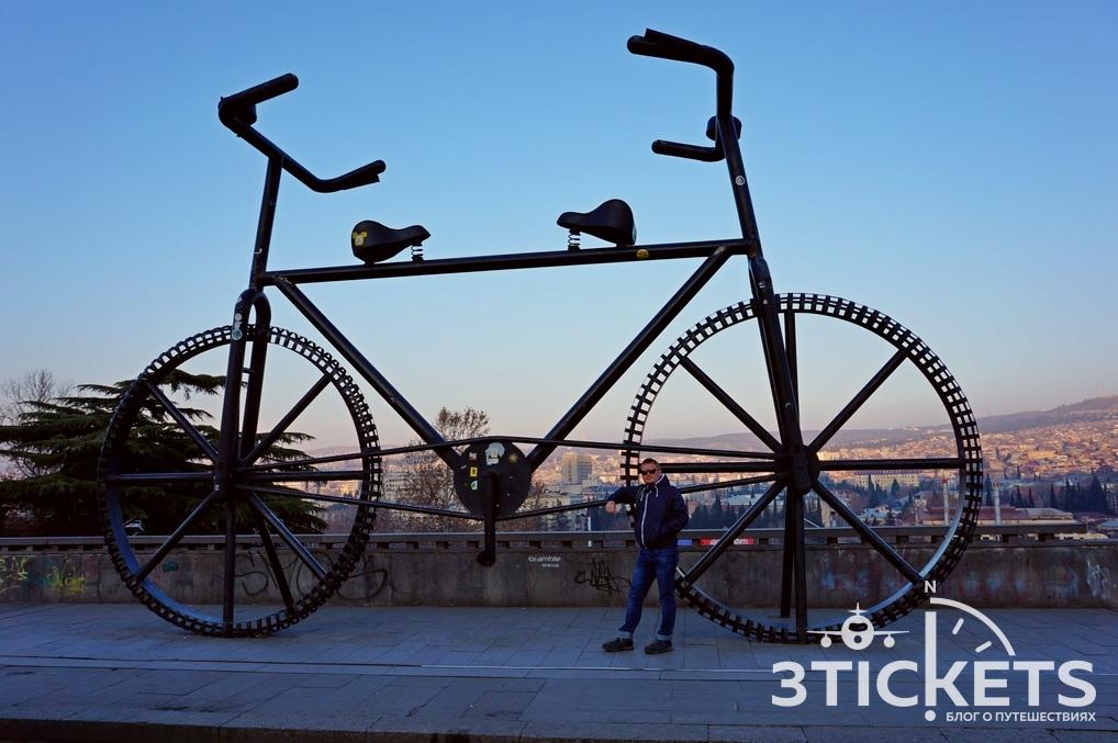 Скульптура велосипед на Руставели