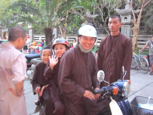 Вьетнамские монахи на байке