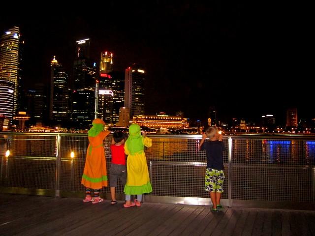 Шоу фонтанов в отеле Marina Bay Sands в Сингапуре