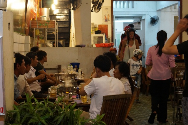 Вьетнамцы празднуют в ресторане