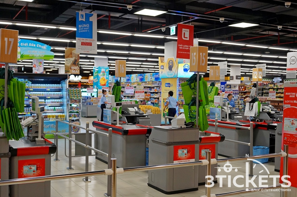 Огромный супермаркет Лотте занимает два этажа (как в Coop Mart).
