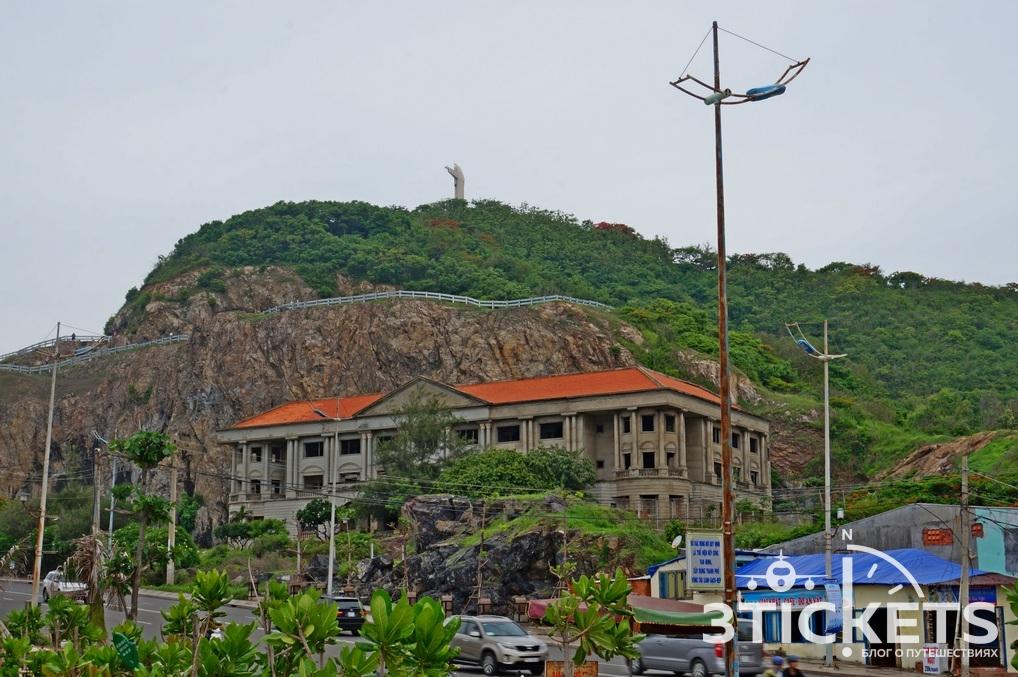 Статуя Иисуса и недостроенный отель в Вунгтау