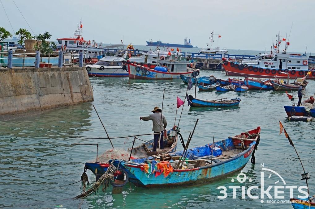 Рыбаки и лодки в Вунгтау