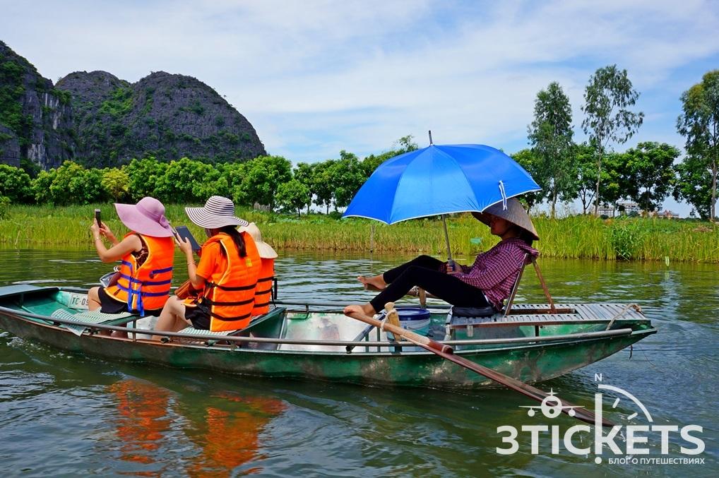 Катание на лодках в Ниньбинь
