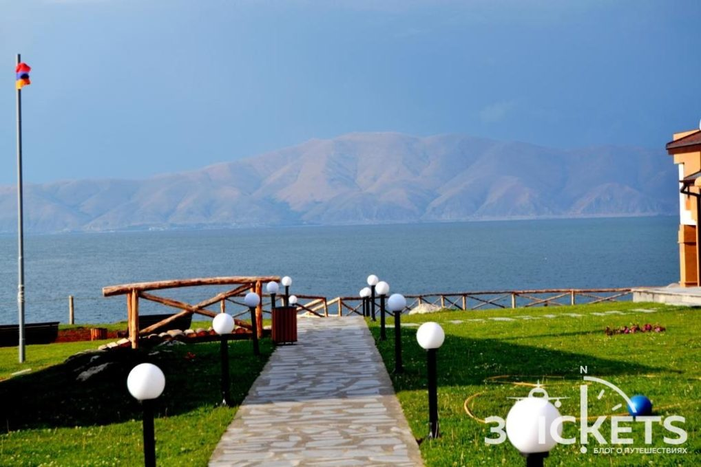 Отель Цовазар Фемили Рест на озере Севан