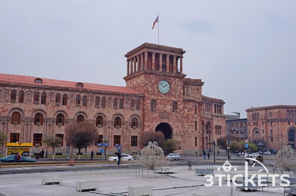 Улицы Еревана: дома из розового туфа
